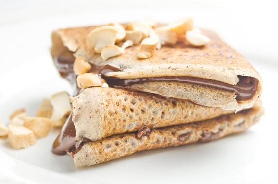 Crepes de trigo sarraceno y coco rellenos de cacao y frutos secos (sin huevos)