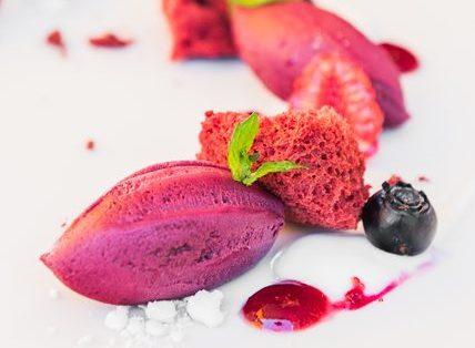 Sorbete de fresas, frambuesas y umeboshi