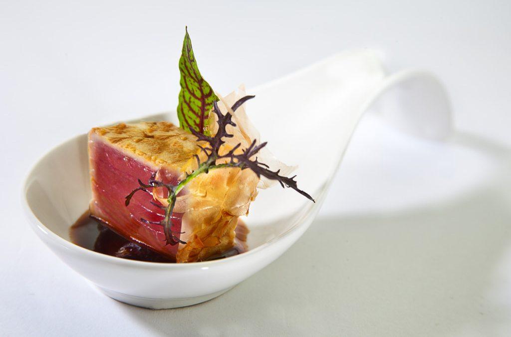 Tataki de atún, yogurt griego con jengibre y escamas de atún curado